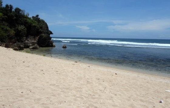 Pasir-Putih-di-Pantai-Sundak-Wonosari-Yogyakarta
